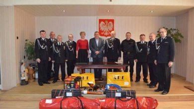 Photo of Strażacy z Zawidza i Słupi otrzymali sprzęt do ratowania życia