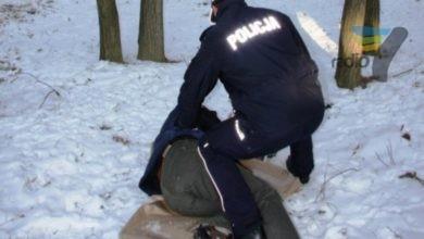 Photo of Uwaga na mrozy! Patrol odwiózł zziębniętego mężczyznę do ośrodka dla osób bezdomnych