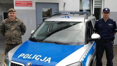 Photo of Policjant i żołnierz uratowali życie rocznej dziewczynce