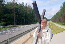 Photo of Pielgrzym z krzyżem przeszedł przez powiat żuromiński. Chce odkupić grzechy Polaków