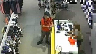 Photo of Płacił w sklepie cudzą kartą. Mławska policja poszukuje złodzieja i publikuje nagranie