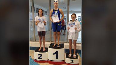 Photo of Amelia Butryn z medalem. Sukces mławskich pływaków na zawodach w Warszawie