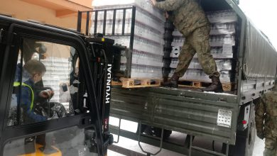 Photo of Żołnierze dostarczyli płyny dezynfekujące do ciechanowskich i przasnyskich szkół